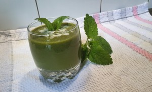 zeleni smoothi z meto za ohladitev telesa